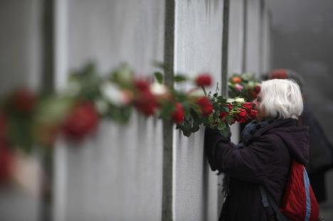 Возложение цветов к сохранившимся фрагментам Берлинской стены