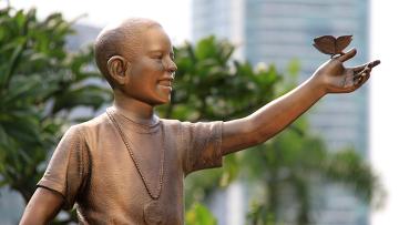 Бронзовая статуя президента США Барака Обамы в Индонезии