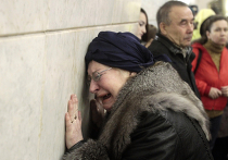 Родственники погибших при взрывах в соковском метро