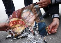 Митингующие сжигают портрет Курманбека Бакиева
