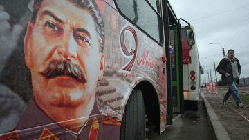Автобус с портретом Иосифа Сталина курсирует в Санкт-Петербурге