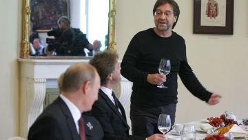 """Владимир Путин с организаторами вечера """"Маленький принц"""""""