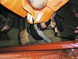 Палестинские активисты удерживают израильского солдата
