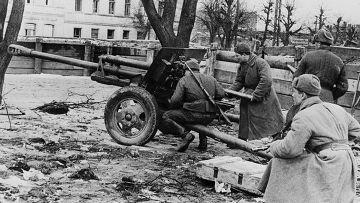 Солдаты Красной Армии ведут огонь по противнику на подступах к Гданьску