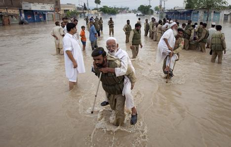 Пакистан затопили сильнейшие за последние 80 лет дожди