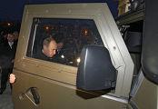 """В.Путин осмотрел автомобиль специального назначения """"Тигр""""."""