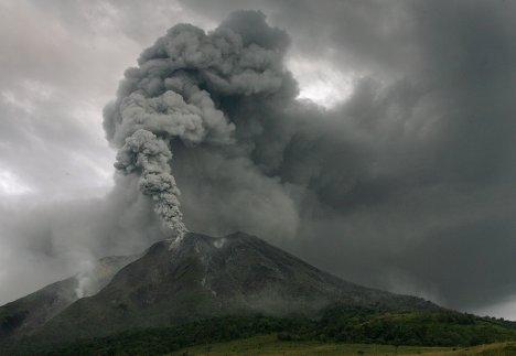 извержение вулкана Синабун на индонезийском острове Суматра