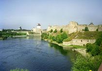 Вид на крепость в Ивангороде и крепость в Нарве