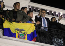 Президент Эквадора Рафаэль Корреа вещает с балкона президентского дворца