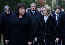 Светлана Медведева и Анна Коморовская посетили мемориал в Катыни