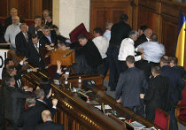 """народные депутаты от Партии регионов захватили президиум парламента, который утром блокировали депутаты из фракции """"БЮТ-Батькивщина"""""""
