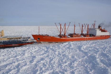 Ледоколы в Охотском море выводят суда из ледового плена