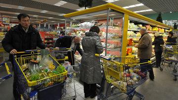"""Покупатели выбирают продукты в гипермаркете """"Лента"""""""
