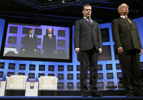 президент форума Клаус Шваб, попросив встать всех собравшихся