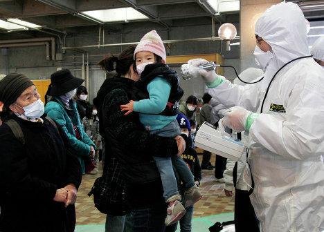 эвакуированные из аварийной зоны и жители близлежащих городов подвергаются проверке на уровень радиации