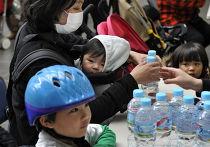 Японские власти призвали жителей Токио сохранять спокойствие и распорядились о дополнительной поставке бутилированной воды во все районы города