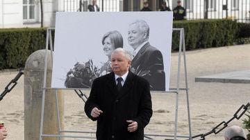Ярослав Качинский выступает с речью в варшаве в день годовщины авиакатастрофы под смоленском