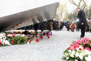 Бронислав Комаровский возлагает цвети к мемориалу смоленской катастрофы в варшаве