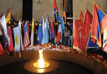 Участники шествия у мемориала памяти жертв геноцида армян