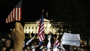 Ревущая в экзальтированном возбуждении толпа у Белого дома в Вашингтоне – это спонтанная реакция не известие об убийстве террориста номер один Усамы бин Ладена.