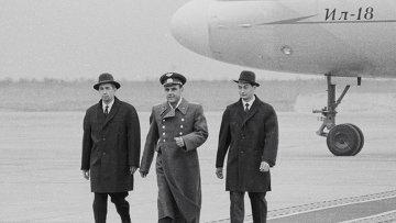 Космонавты экипажа Восход направляются к трибуне для рапорта, 1964 год