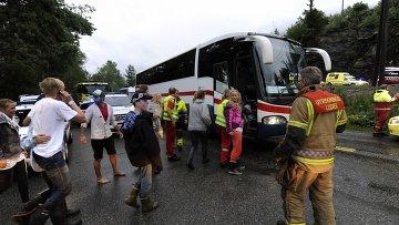 Эвакуация персонала из лагеря в Утойа