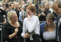Пережившие стрельбу на острове Утойя на траурной службе в Осло