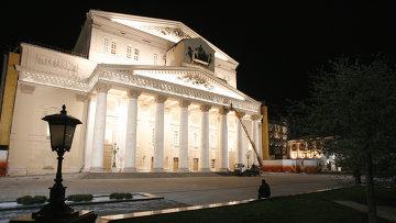 Большой театр накануне Дня Победы с отреставрированным фасадом