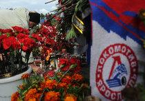 """Цветы и свечи в память о погибших хоккеистах """"Локомотива"""""""