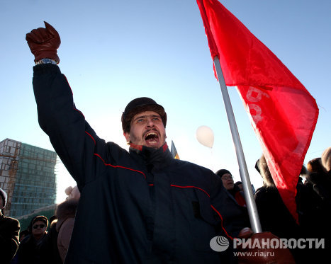 Участники акции протеста против фальсификации выборов в Госдуму РФ на Корабельной набережной Владивостока.