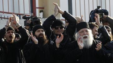 Греческие православные монахи собрались поддержать арестованного архимандрита Ефрема возле афинской тюрьмы Коридаллос