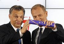 Премьер-министр Венгрии Виктор Орбан передает флаг ЕС польскому коллеге Дональду Туску, Варшава