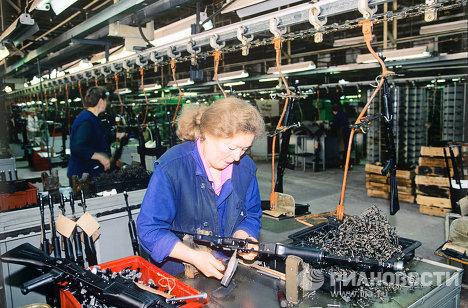 """Сборка автомата Калашникова в цеху """"Ижмаша"""""""