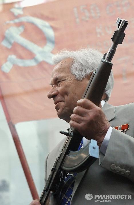 Исторический образец автомата АК-47 под номером один представил его создатель - легендарный российский конструктор, Герой Соцтруда генерал-лейтенант Михаил Калашников