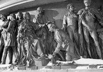 Г. А. Потёмкин на Памятнике «1000-летие России» в Великом Новгороде