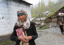 Юная жительница Айнийского района Таджикистана по дороге в школу