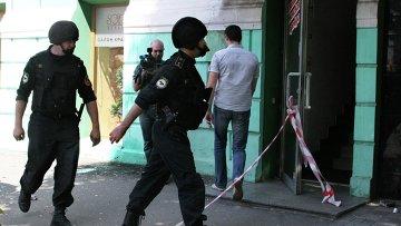 Сотрудники полиции работают на месте взрыва в Днепропетровске