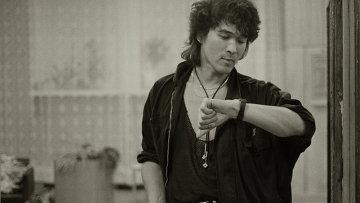 Виктор Цой перед концертом. 1990 год