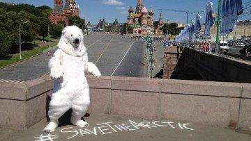 Активист Гринпис в костюме белого медведя на Красной площади