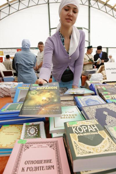Российская молодежь покупает Коран на русском языке