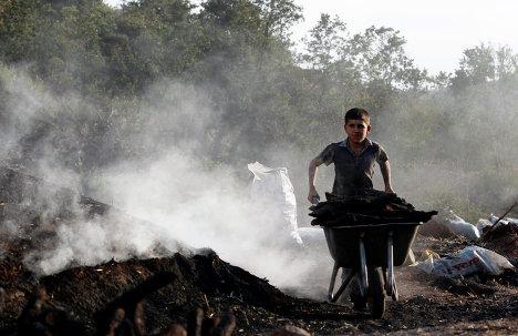 Мальчик участвует в изготовке угля в городе Кызылджахамам, Турция