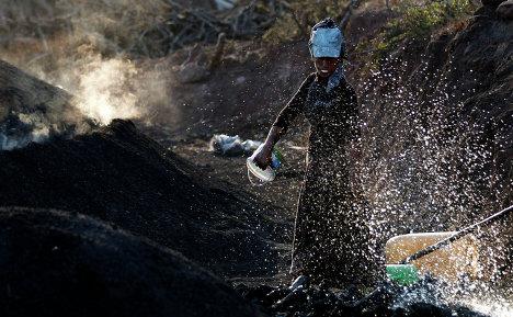 Женщина участвует в изготовке угля в городе Кызылджахамам, Турция