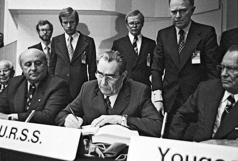 Генеральный секретарь ЦК КПСС Леонид Ильич Брежнев подписывает Заключительный акт Совещания по безопасности и сотрудничеству в Европе