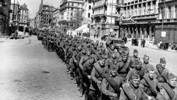 Советские войска во взятой Вене, 1945 г.