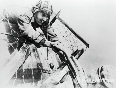 Советский танкист принимает благодарность от узника освобождённого концлагеря