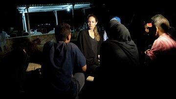 Посланник доброй воли ООН Анджелина Джоли встречает сирийских беженцев в лагере, Иордания