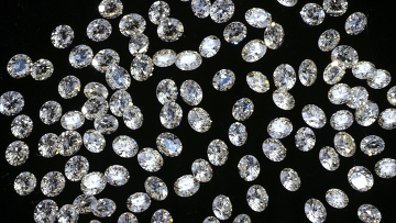 Россыпь ограненных алмазов. Архив