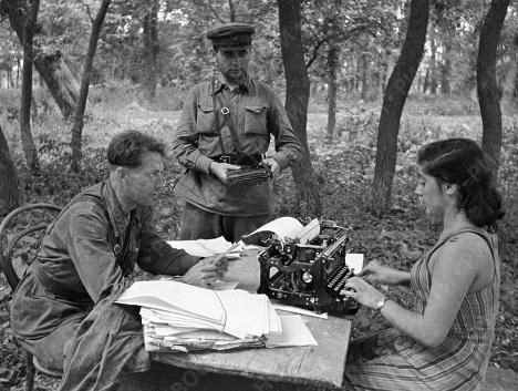 Корреспонденты готовят статьи для очередного выпуска газеты