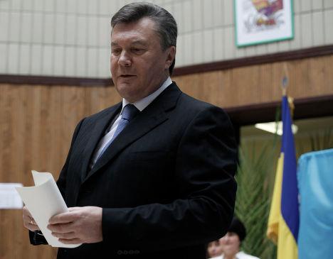 Президент Украины Виктор Янукович голосует на выборах в Верховную Раду