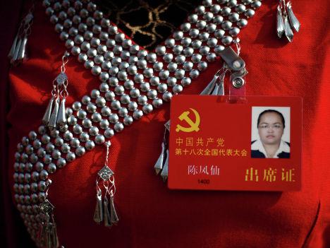 Делегат в национальном костюме на площади Тяньаньмэнь в Пекине, Китай